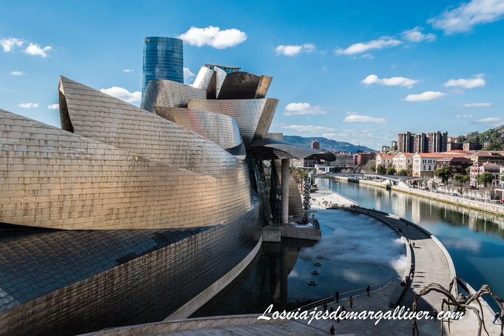 Vista del lateral del Museo Guggenheim en un día soleado en Bilbao - Los viajes de Margalliver