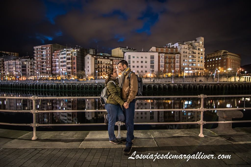 Margalliver y yo en la ría de Bilbao al anochecer en Bilbao - Los viajes de Margalliver
