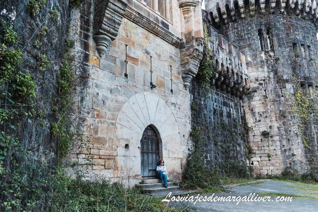 Margalliver sentada en la puerta del castillo de Butrón, escapada por Vizcaya - Los viajes de Margalliver