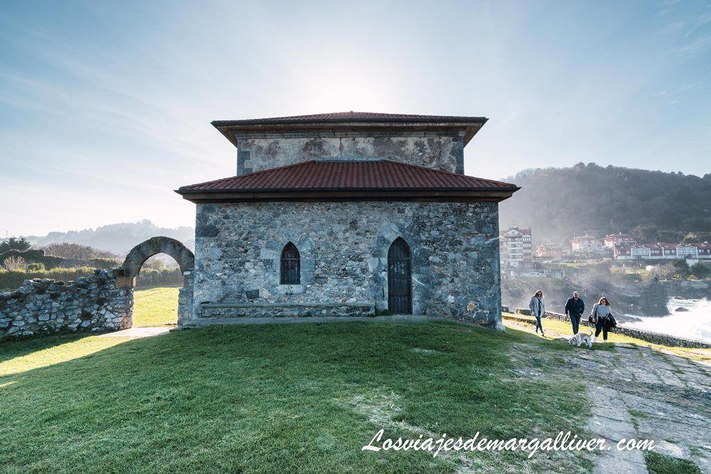 Parte trasera de la Ermita de Santa Catalina en Mundaka - Los viajes de Margalliver