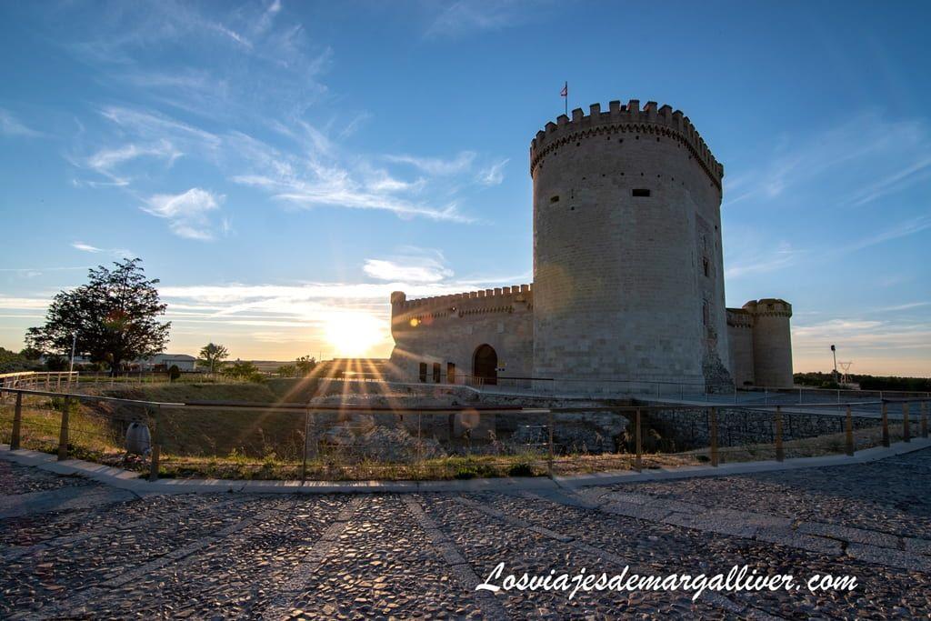 Castillo de Arévalo al atardecer en la ruta de Isabel la Católica - Los viajes de Margalliver