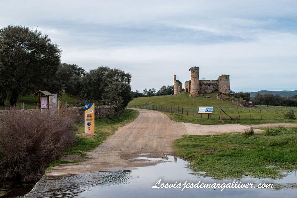 El Arroyo de la Víbora que separa Andalucía de Extremadura y al fondo el castillo de las Torres - Los viajes de Margalliver