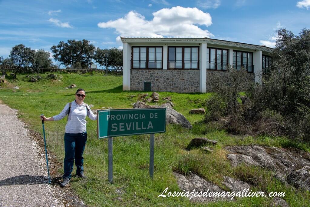 Margalliver con el cartel de provincia de Sevilla en la ruta de senderismo de la Rivera del Cala - Los viajes de Margalliver