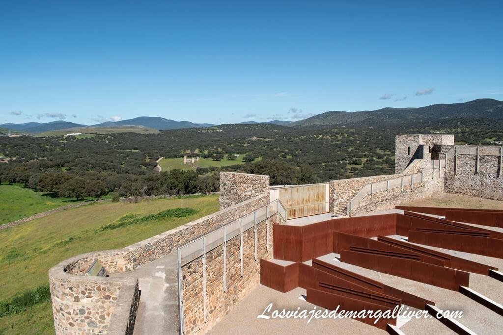 Interior del Castillo Medieval de El Real de la Jara y el castillo de las Torres al fondo - Los viajes de Margalliver