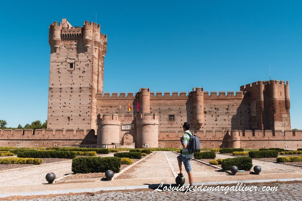 Kike junto al castillo de la mota en Medina del Campo - Los viajes de Margalliver