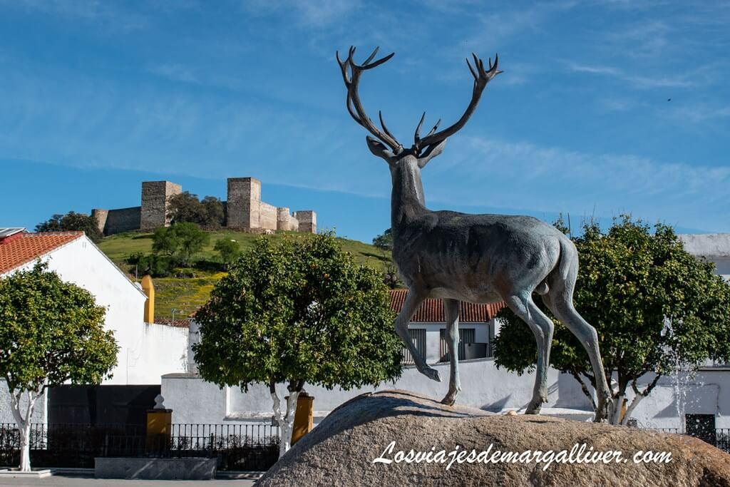 Plaza de Andalucía con el castillo medieval al fondo en El Real de la Jara - Los viajes de Margalliver