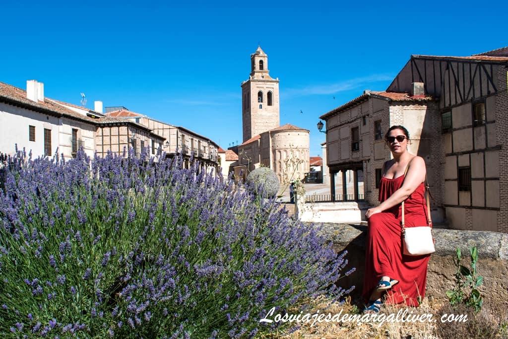 Margalliver con la plaza de la villa de Arévalo a su espalda - Los viajes de Margalliver