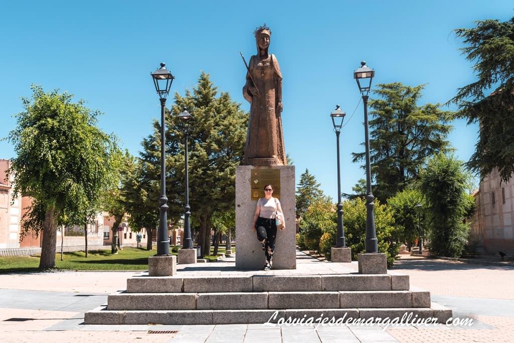 Margalliver con la estatua de la reina Isabel la Católica en Madrigal de las altas torres - Los viajes de margalliver