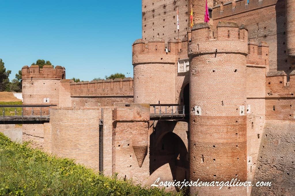 Puerta de entrada al castillo de la mota en Medina del Campo - Los viajes de Margalliver