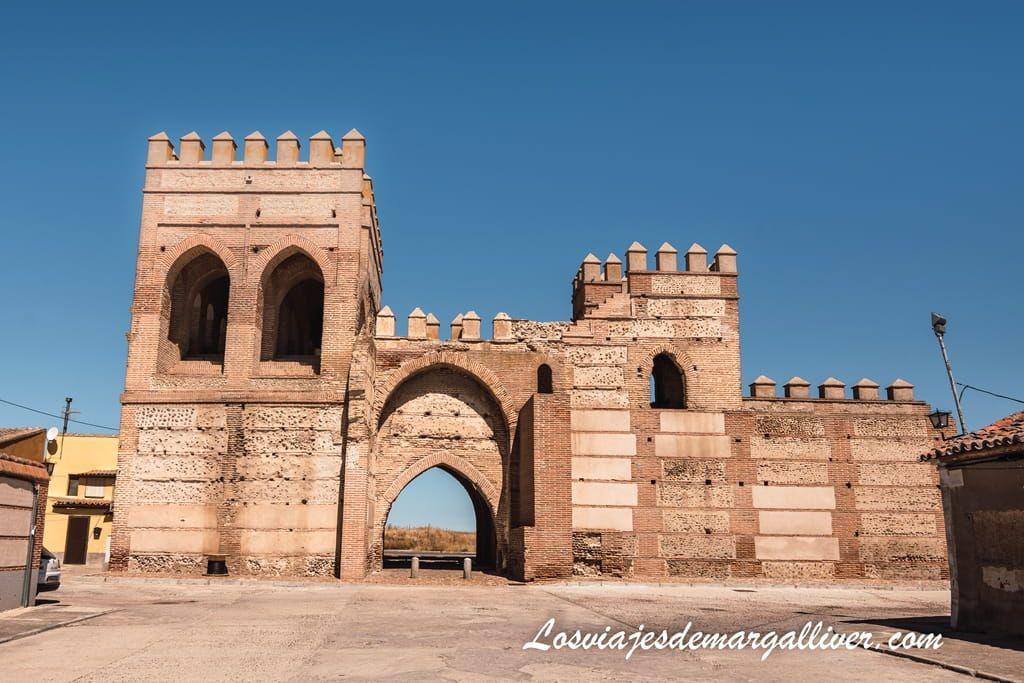 Puerta y muralla de Madrigal de las Altas Torres, en la ruta por la vida de Isabel la Católica - Los viajes de Margalliver