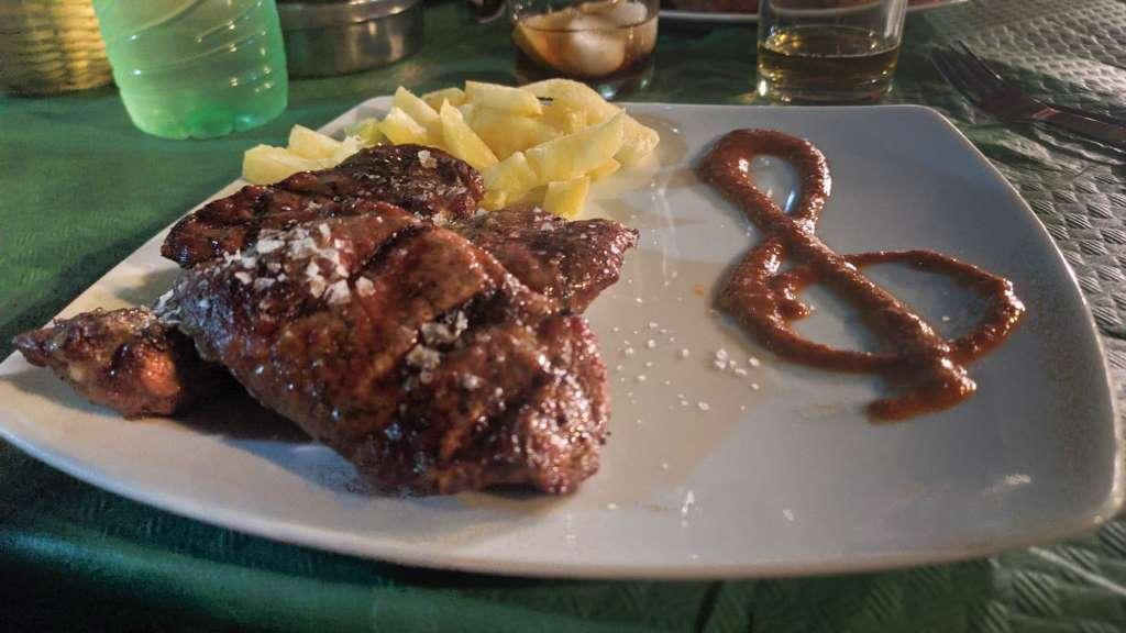 Carne a la brasa en el restaurante de Ana Reverte en Los Corrales, Sevilla - Los viajes de Margalliver