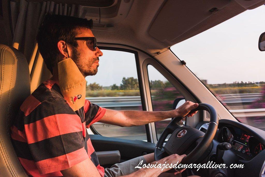 Kike conduciendo la autocaravana en la ruta por la sierra sur de Sevilla - Los viajes de Margalliver