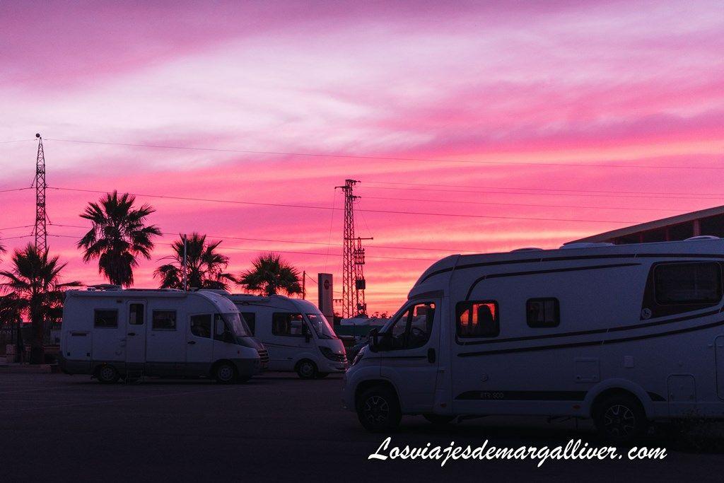 Espectacular atardecer en autocaravanas hidalgo en Alcalá de Guadaira - Los viajes de Margalliver