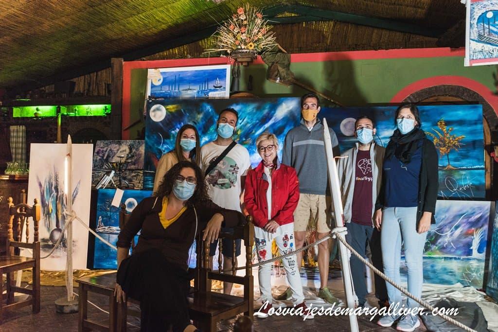 foto con Ana Reverte y su colección de cuadros - Los viajes de Margalliver