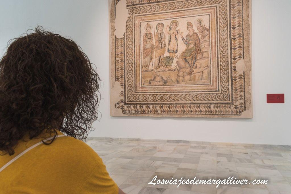 Margalliver mirando el mosaico de El juicio de Paris en Casariche - Los viajes de Margalliver