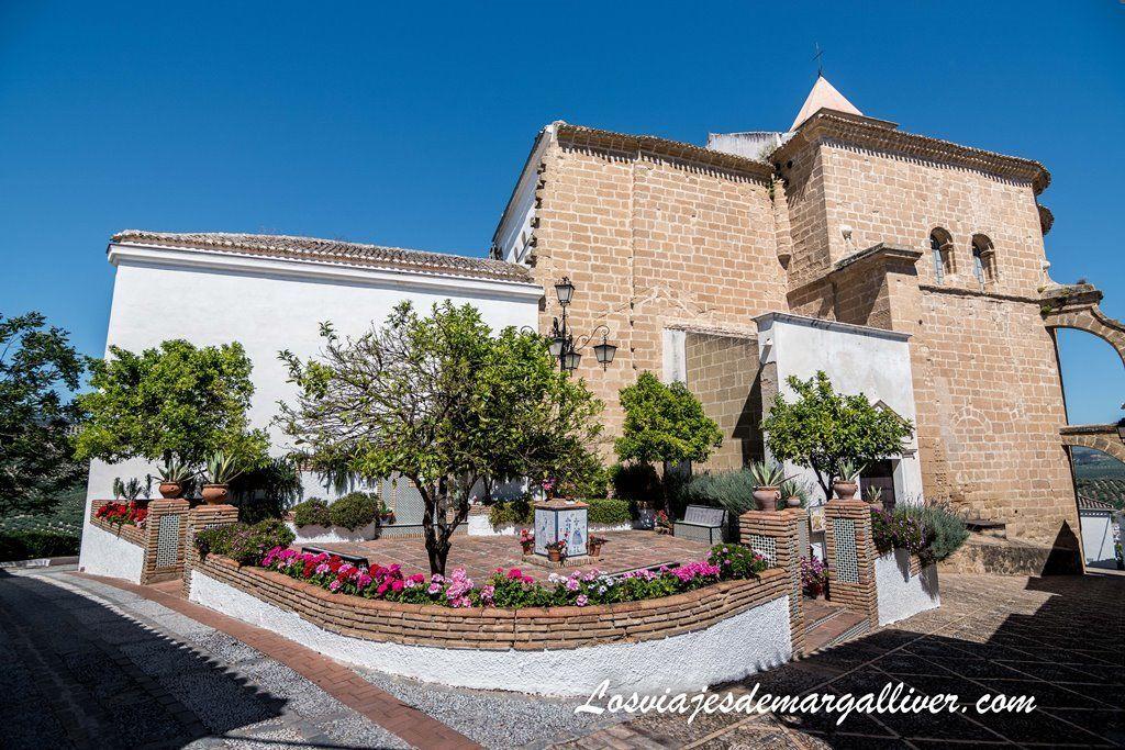 Iglesia de Santiago y Plaza de Rafael Alberti en Iznájar - Los viajes de Margalliver