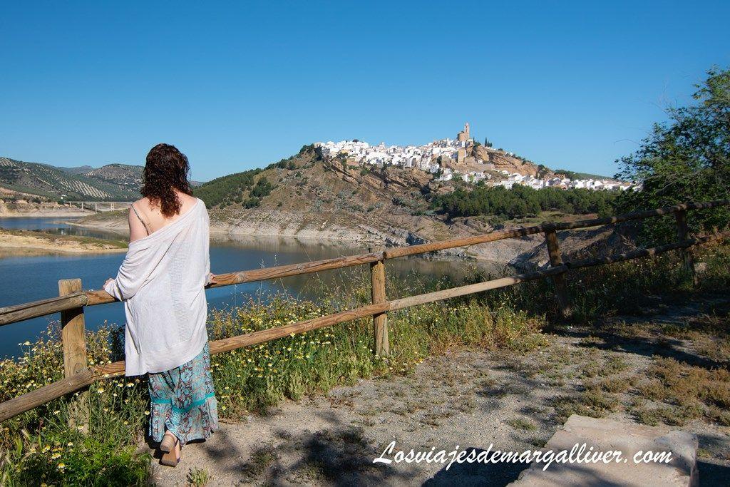 Margalliver de espaldas desde el mirador merendero de Iznájar - Los viajes de Margalliver