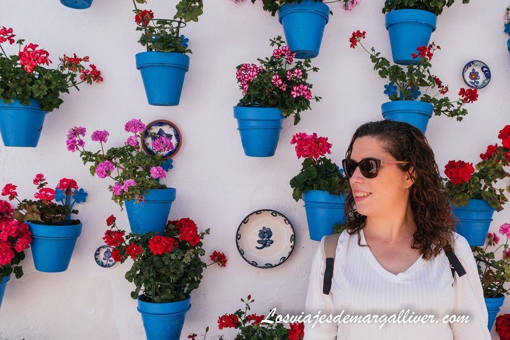 Margalliver y el fondo de flores en el patio de las comedias de Iznájar - Los viajes de Margalliver