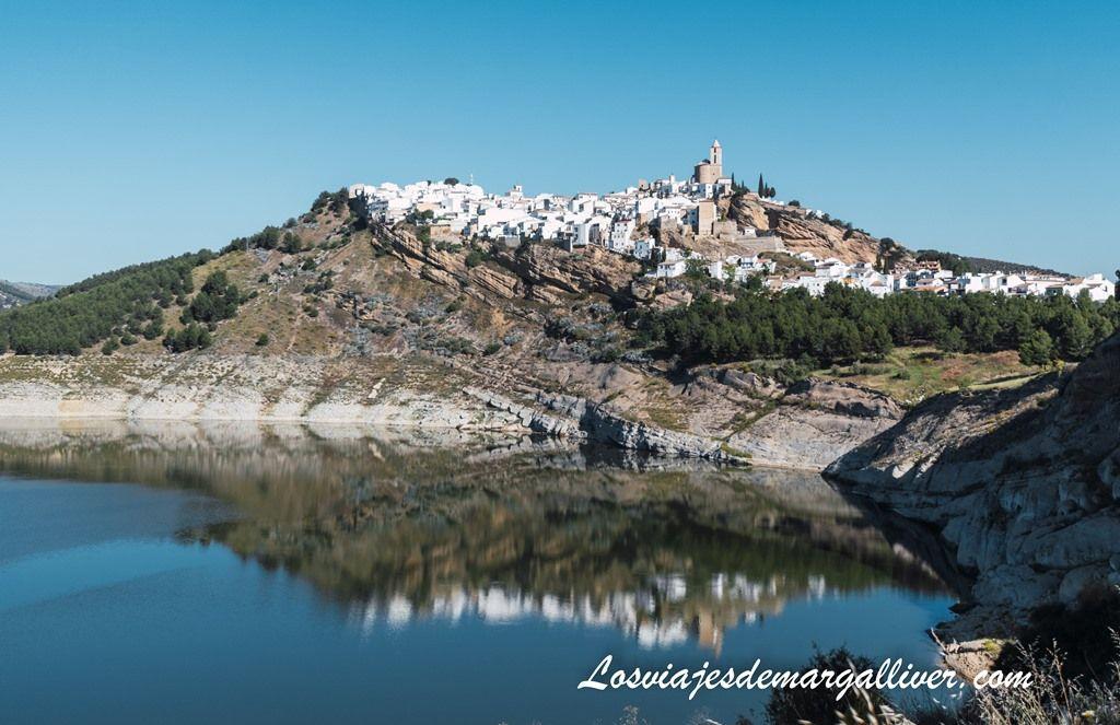 Reflejos del pueblo de Iznájar en su embalse desde el mirador del merendero - Los viajes de Margalliver
