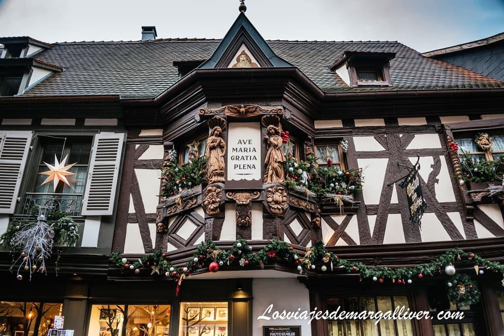 Pfifferhüs o La casa de los ménétriers con figuras talladas en madera en Ribeauvillé - Los viajes de Margalliver