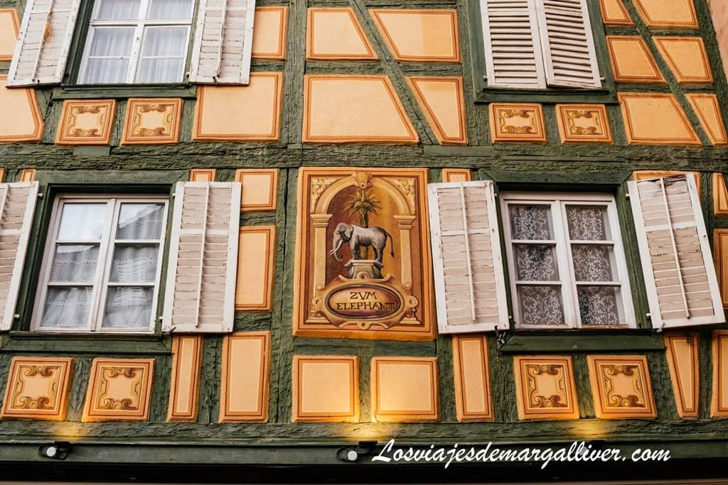 Detalle de la fachada de la Casa del Elefante en Ribeauvillé - Los viajes de Margalliver