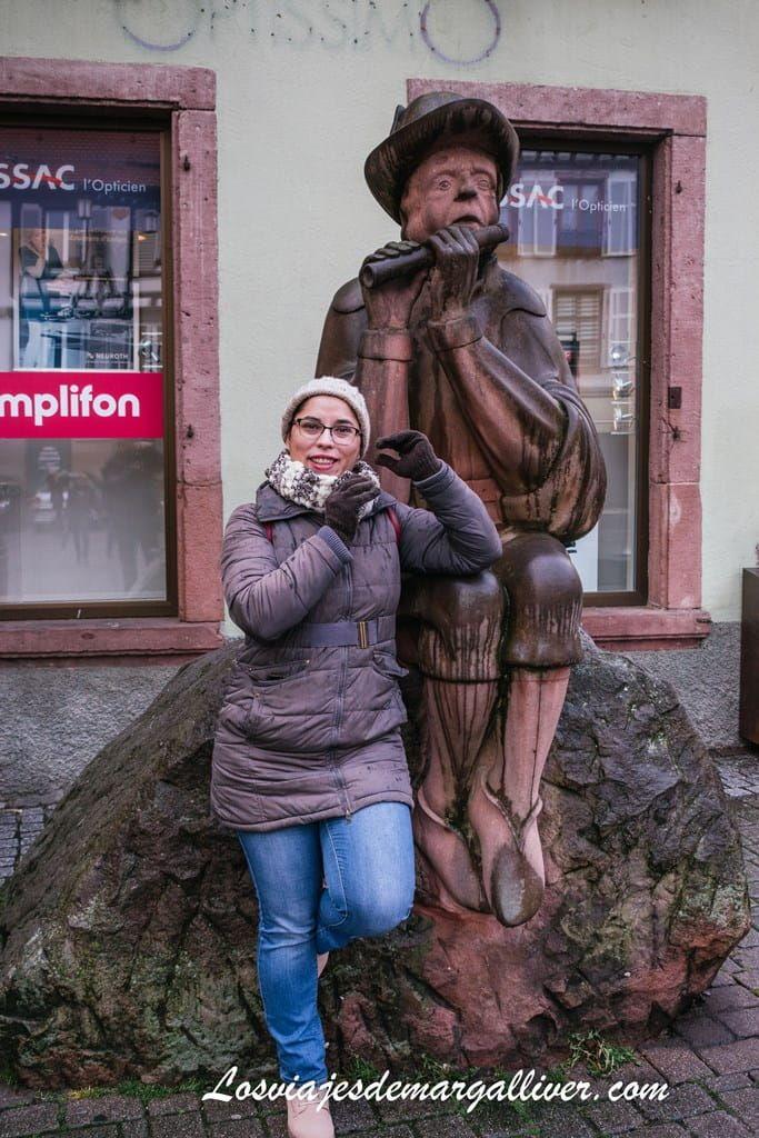 Margalliver con la estatua del juglar tocando en Ribeauvillé - Los viajes de Margalliver