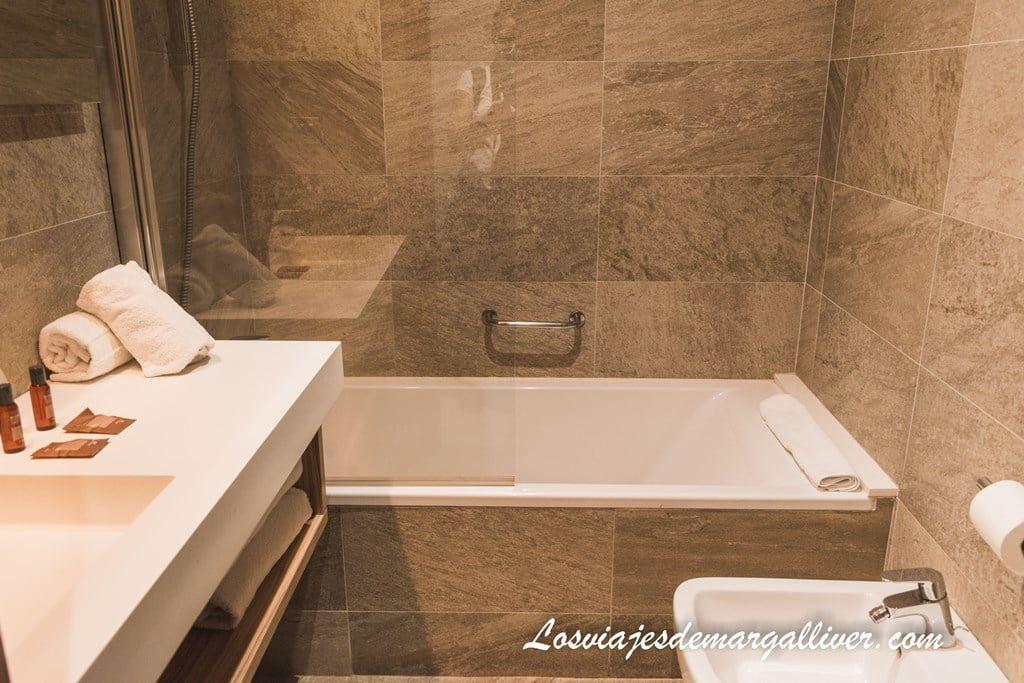 Baño de la habitación del hotel Gelmírez en Santiago de Compostela - Los viajes de Margalliver