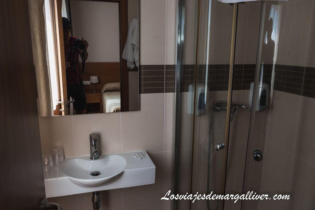 Baño de la habitación de la Pension Residencial Platas en O Pedrouzo, alojamientos en el Camino de Santiago Francés - Los viajes de Margalliver