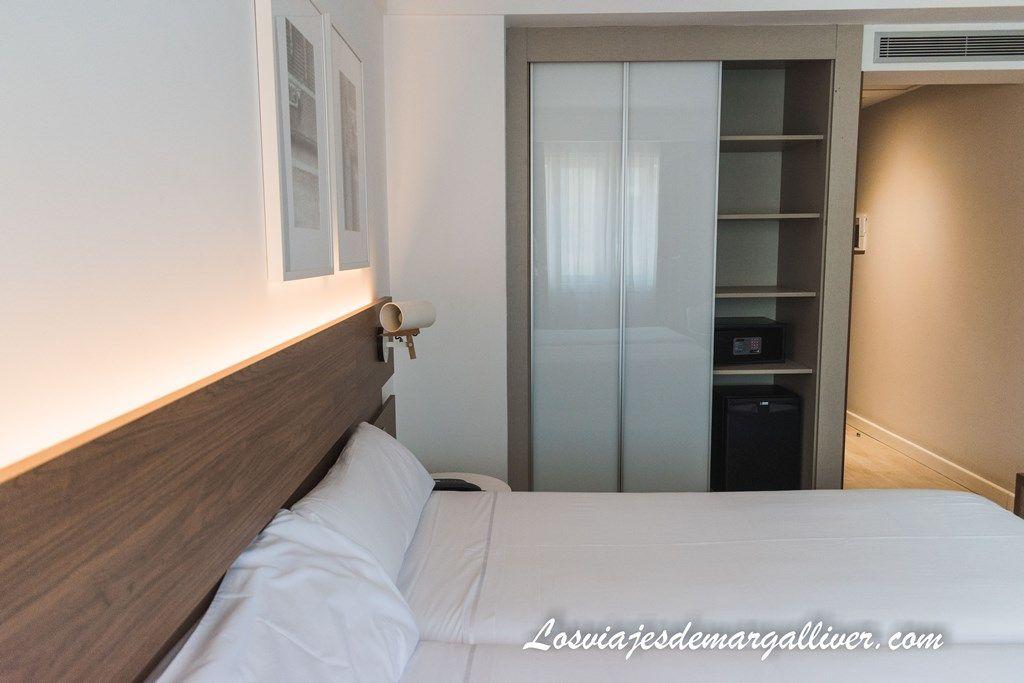Detalle del armario de la habitación doble del hotel Gelmírez en Santiago de Compostela, alojamientos en el Camino de Santiago - Los viajes de Margalliver