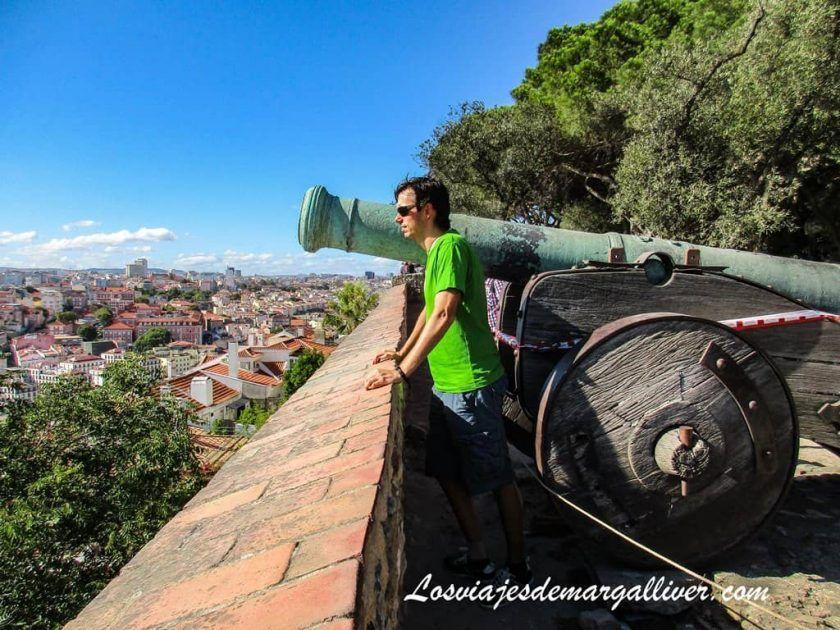 Kike asomado desde el castillo de San Jorge en Lisboa - Los viajes de Margalliver