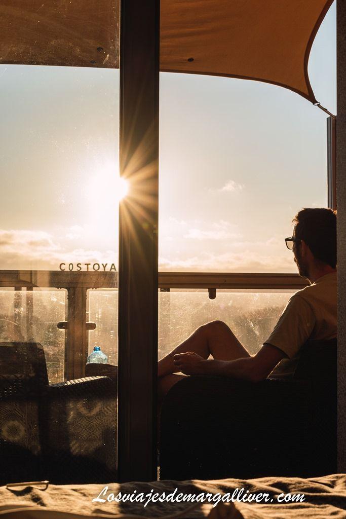 Kike viendo el atardecer desde la terraza de la habitación en Casa Costoya en Azua - Los viajes de Margalliver