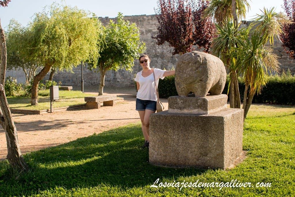 Margalliver con el verraco de Ledesma - Los viajes de Margalliver
