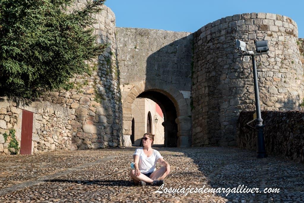 Margalliver sentada delante de la puerta de San Nicolás de Ledesma - Los viajes de Margalliver