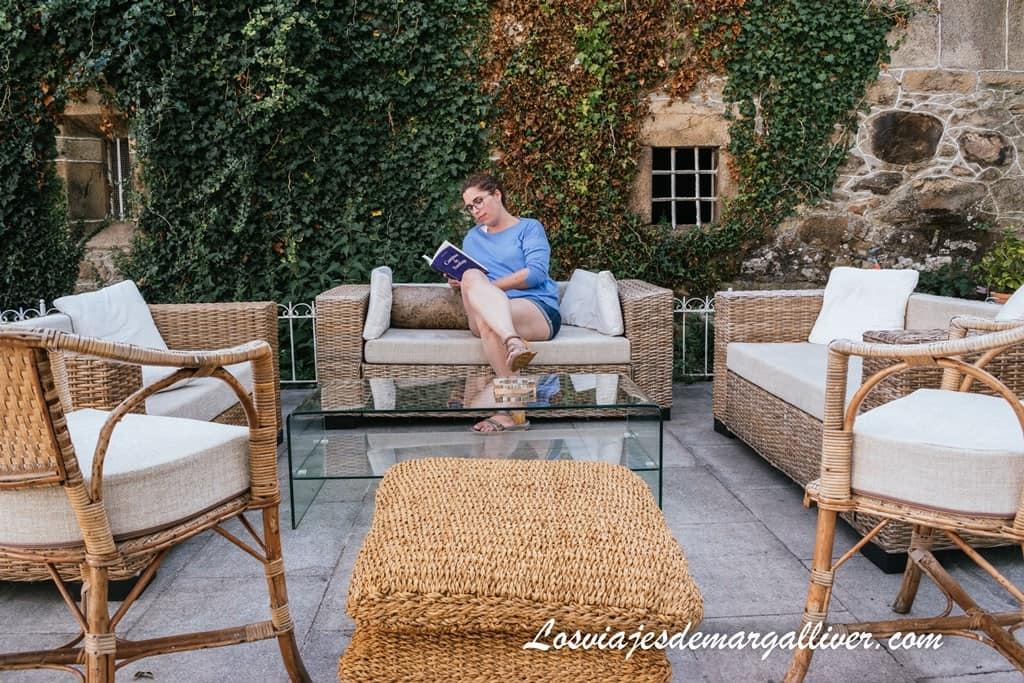 Margalliver leyendo en la terraza del Pazo de Laia, un lugar mágico en el Camino de Santiago - Los viajes de Margalliver