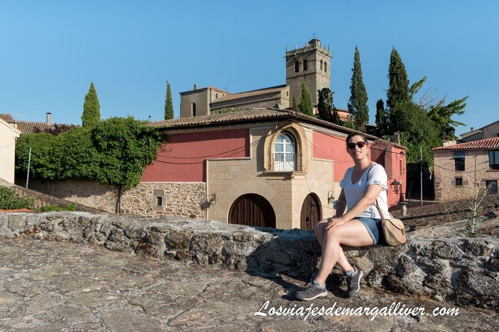 Margalliver y al fondo el balcón esquinado y la iglesia de Santa María la Mayor de Ledesma - Los viajes de Margalliver