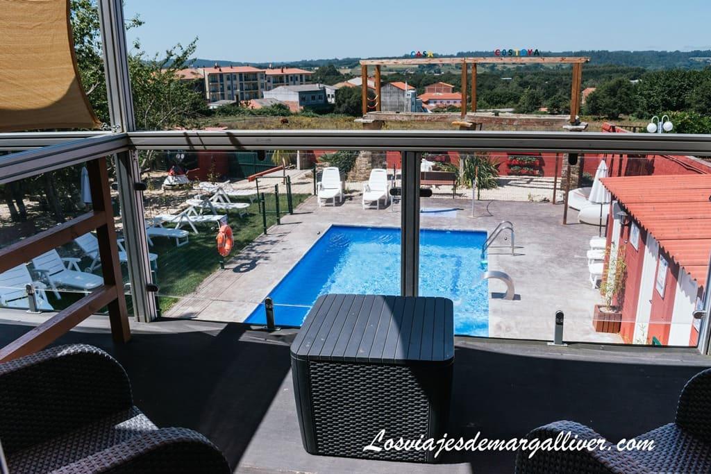 Terraza con vistas a la piscina de Casa Costoya en Arzua, alojamientos en el Camino de Santiago Francés - Los viajes de Margalliver