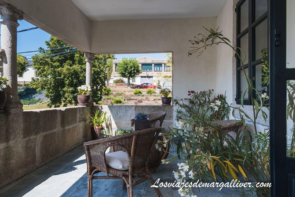Preciosa terraza de la suite del Pazo de Berbetoros en Portomarin durante nuestro camino de Santiago - Los viajes de Margalliver