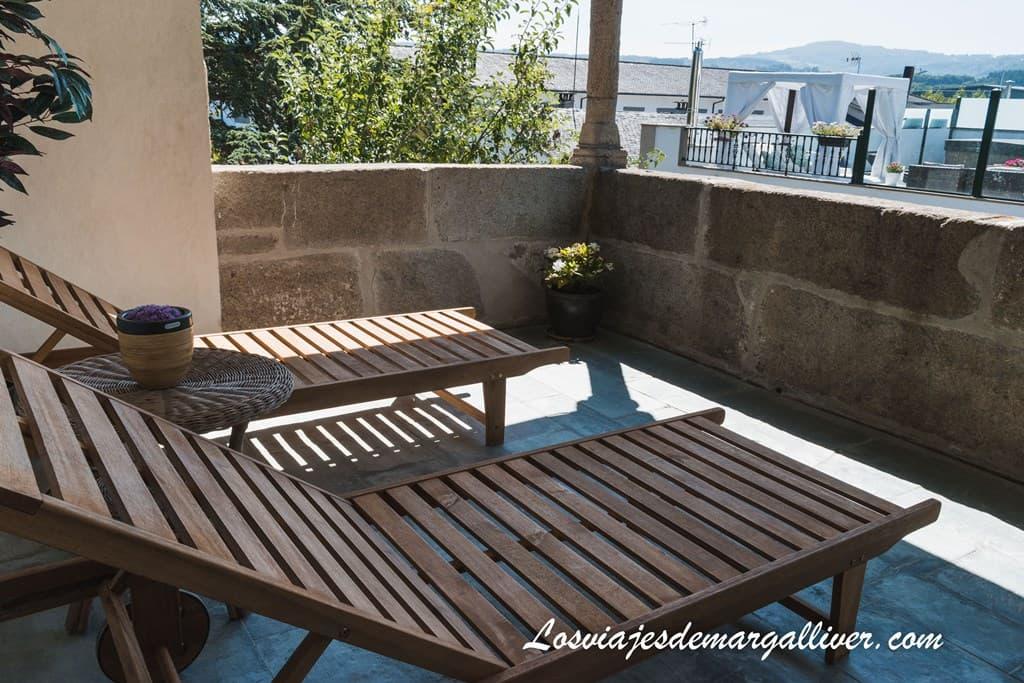 Tumbonas de la terraza privada de la suite del Pazo de Berbetoros en Portomarin - Alojamientos en el camino de Santiago Francés