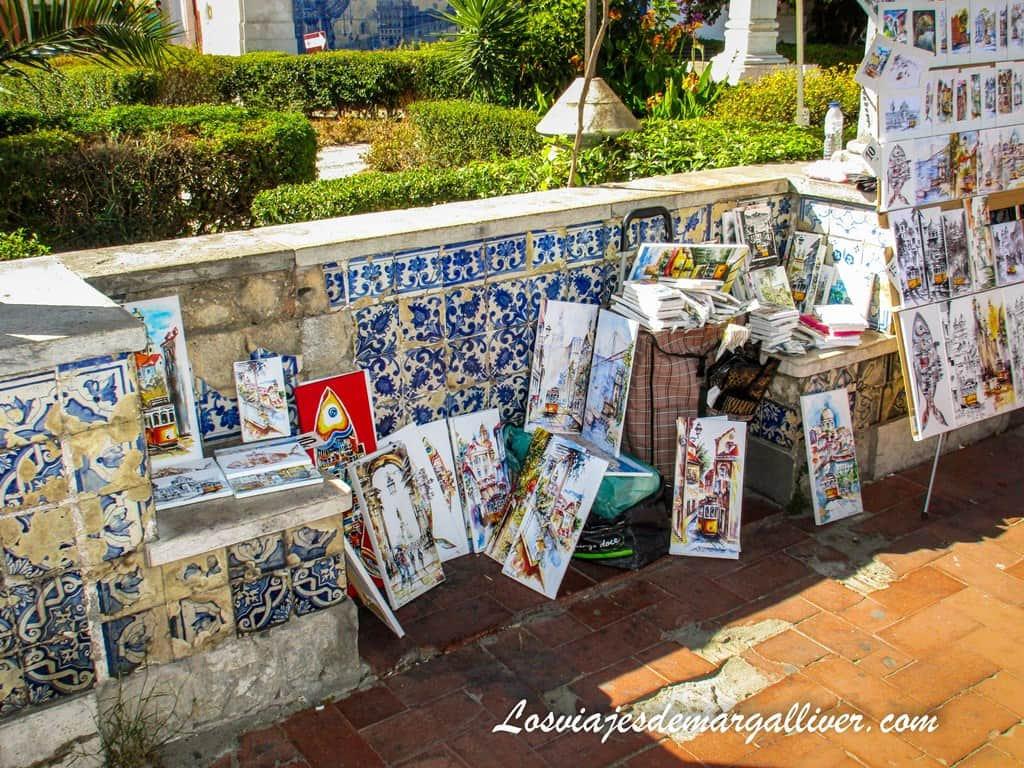 Venta de cuadros en el mirador de Santa Lucía en Alfama en Lisboa - Los viajes de Margalliver