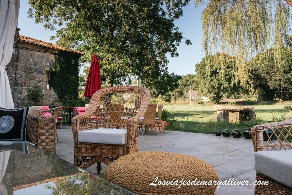 detalle de la terraza del Pazo de Laia, alojamientos en el Camino de Santiago Francés - Los viajes de Margalliver