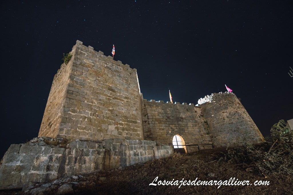 Foto nocturna del castillo de Ledesma - Los viajes de Margalliver