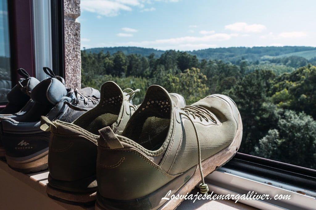 Nuestros zapatos respirando aire puro con las preciosas vistas desde nuestra habitación en O Pedrouzo - Los viajes de Margalliver