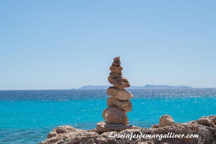 Ruta en coche por Mallorca, escultura faro de las salinas - Los viajes de Margalliver