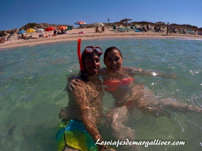 Ruta en coche por Mallorca, en el agua de la playa de Es Trenc - Los viajes de Margalliver