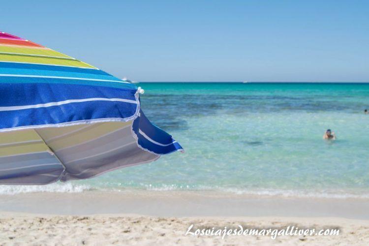 Ruta en coche por Mallorca, nuestra sombrilla en la playa de Es Trenc - Los viajes de Margalliver
