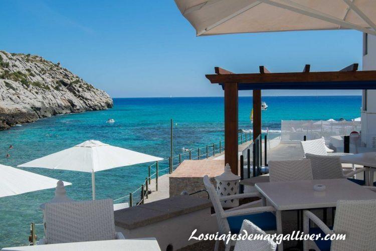 Ruta en coche por Mallorca, terraza en la Cala Barques - Los viajes de Margalliver